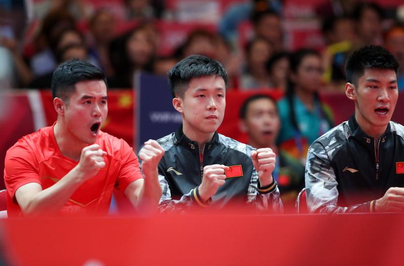 中国队球员在场边加油