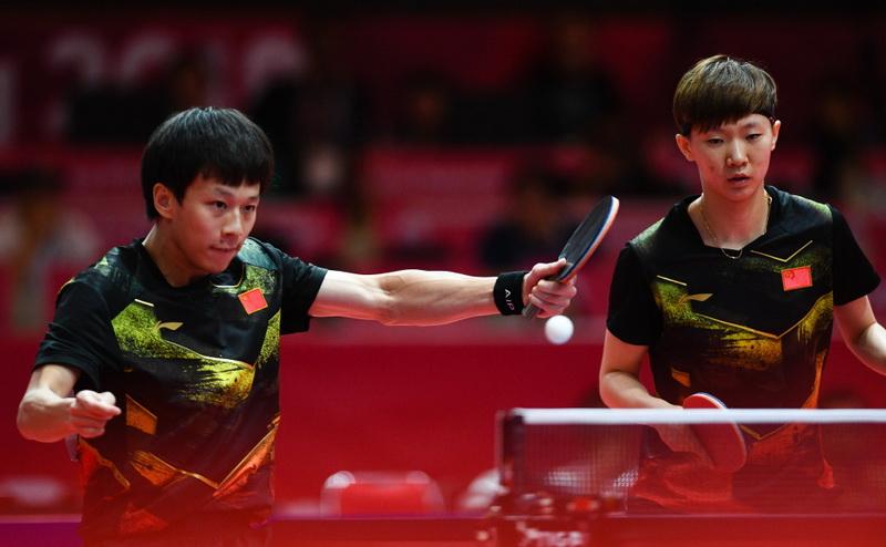 林高远(左)/王曼昱在比赛