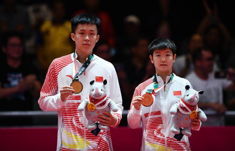 中国组合王楚钦(左)/孙颖莎在颁奖仪式上