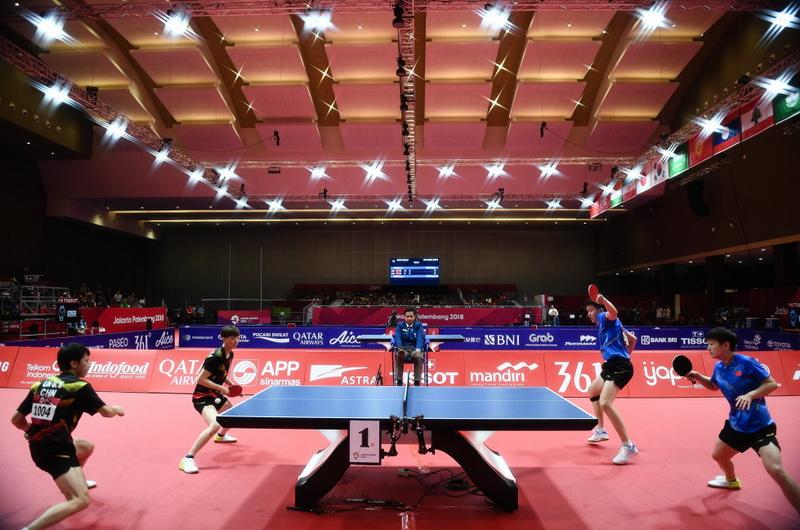 中国组合王楚钦(右二)/孙颖莎(右一)和林高远(左一)/王曼昱(左二)在比赛中