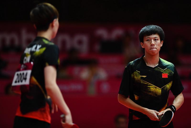 林高远(右)/王曼昱在比赛中