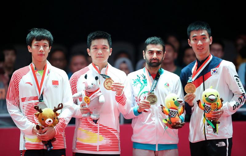 中国选手樊振东(左二)、林高远(左一)在颁奖仪式上