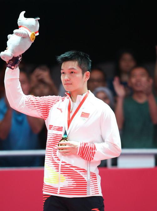 中国选手樊振东在颁奖仪式上