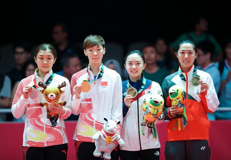 中国选手王曼昱(左二)、陈梦(左一)在颁奖仪式上