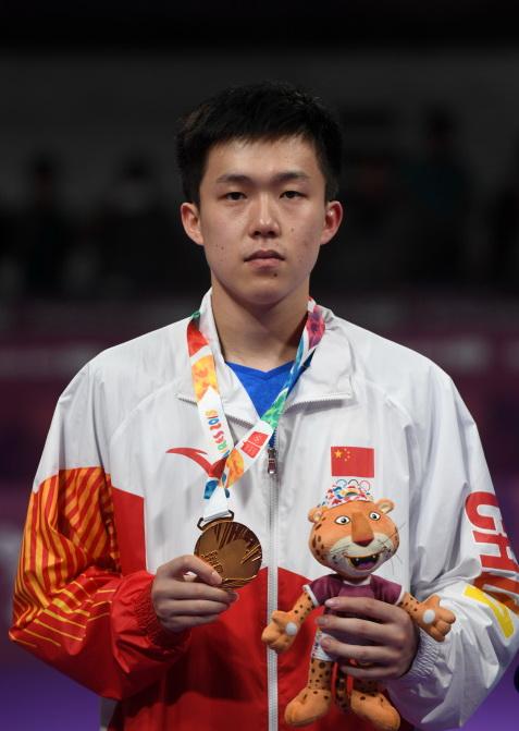 中国选手王楚钦在颁奖仪式上