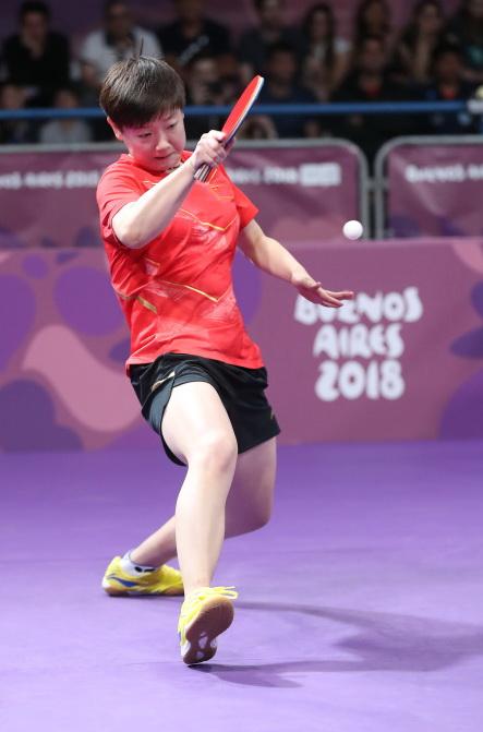 中國選手孫穎莎在比賽中回球