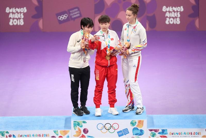 冠軍中國選手孫穎莎(中)、亞軍日本選手平野美宇(左)和季軍羅馬尼亞選手德拉戈曼在頒獎儀式上