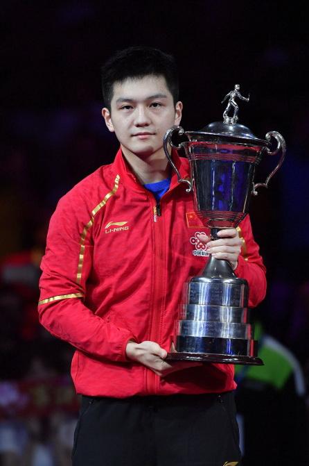 樊振东在颁奖仪式上