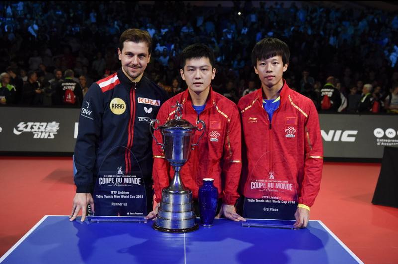 冠军中国选手樊振东(中)、亚军德国选手波尔(左)和季军中国选手林高远在颁奖仪式后合影