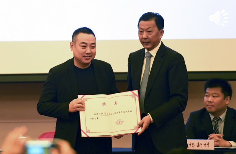 劉國梁(左)在當選后被頒發聘書