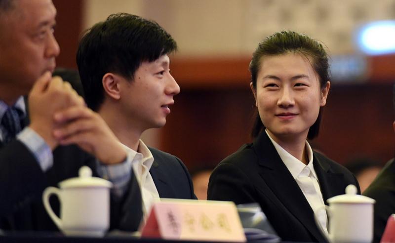 4787.com运动员丁宁(右)、马龙在大会现场