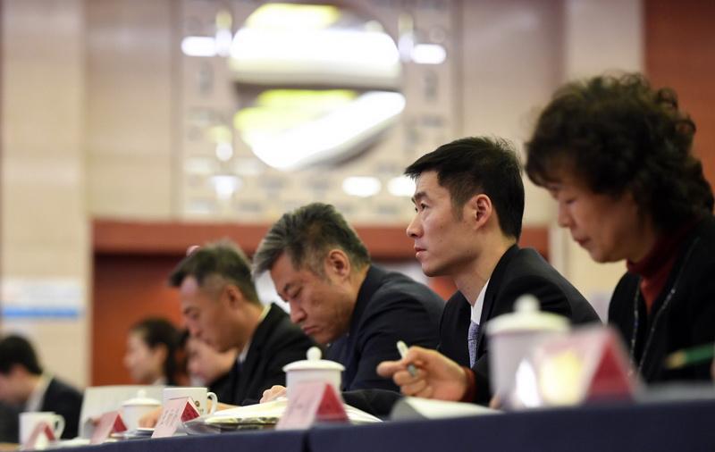 王励勤(右二)在大会现场