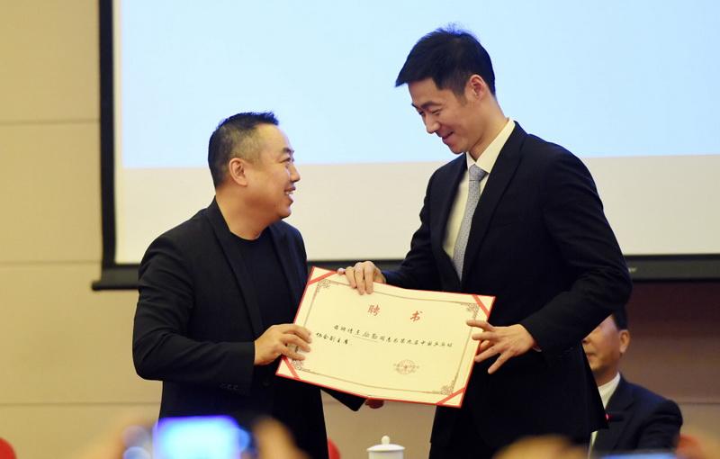 新一屆中國乒協主席劉國梁(左)和新一屆副主席王勵勤交流