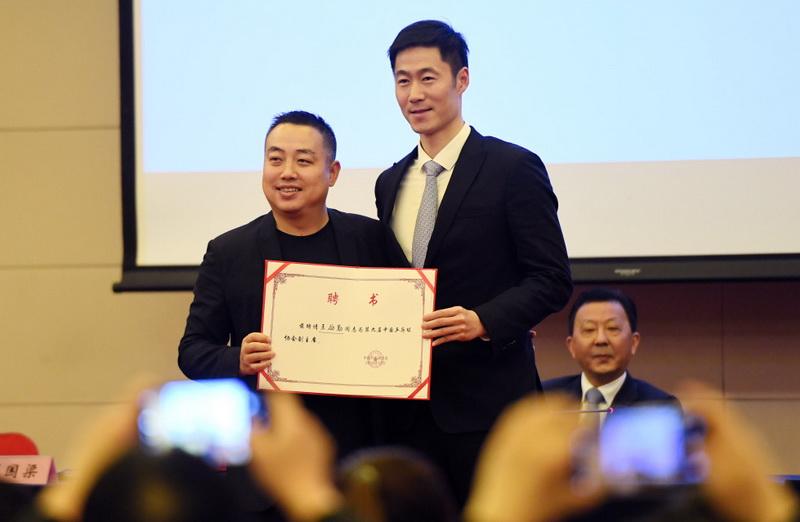 新一屆中國乒協主席劉國梁(左)與新一屆副主席王勵勤合影