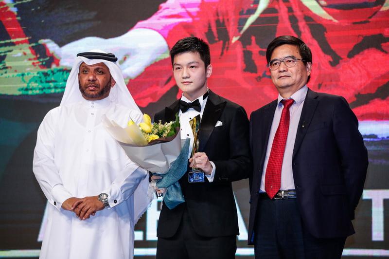 获得年度最佳男运动员奖的中国选手樊振东(中)在颁奖典礼上