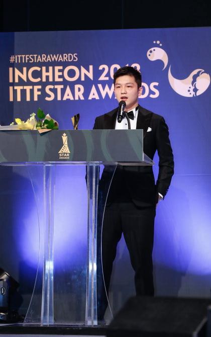 获得年度最佳男运动员奖的中国选手樊振东在颁奖典礼上发表获奖感言