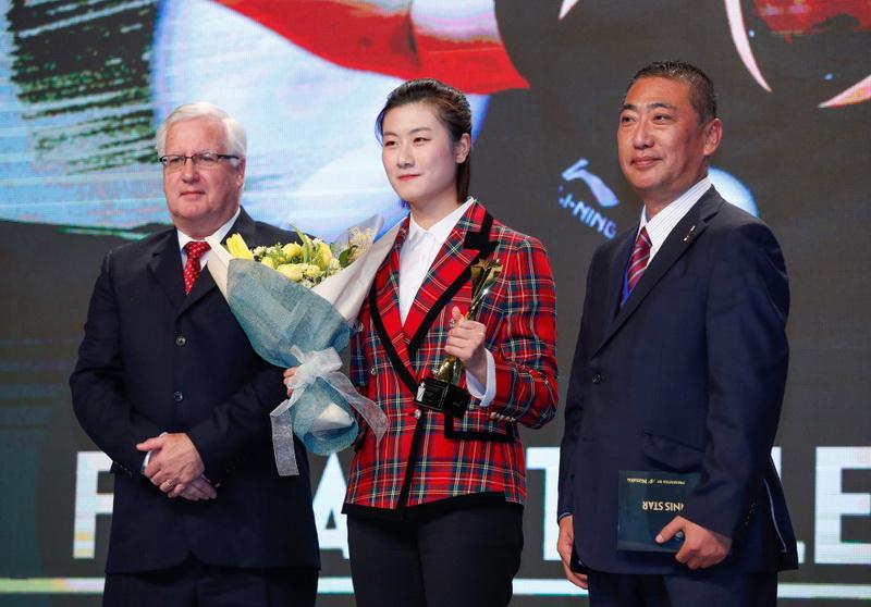 获得年度最佳女运动员奖的中国选手丁宁(中)在颁奖典礼上