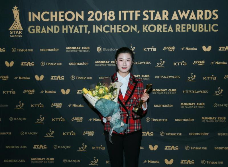 获得年度最佳女运动员奖的中国选手丁宁在颁奖典礼后展示奖杯