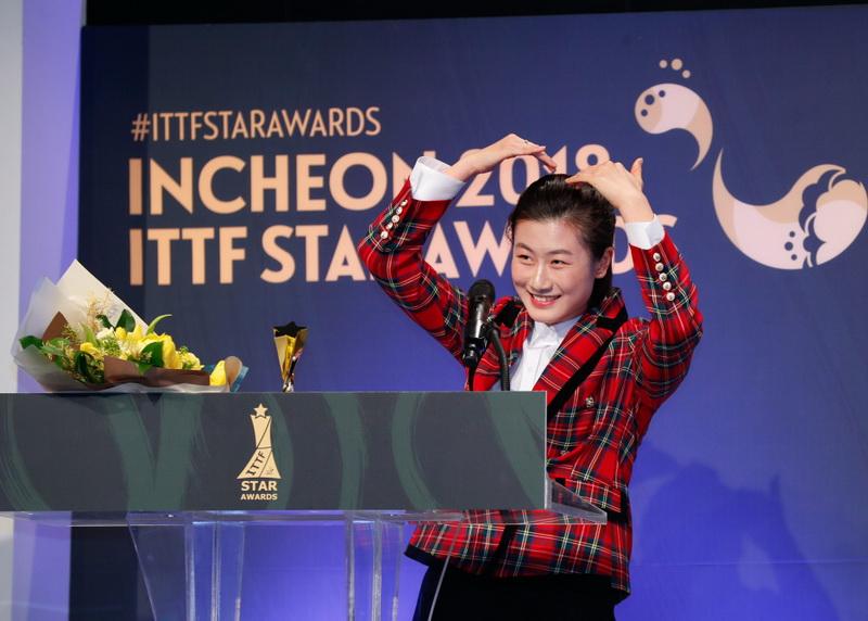 获得年度最佳女运动员奖的中国选手丁宁在颁奖典礼上