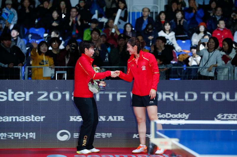 陈梦(右)在颁奖仪式期间和何卓佳握手致意