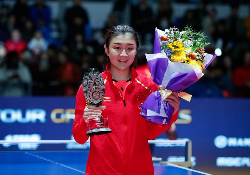 陈梦在颁奖仪式上展示冠军奖杯