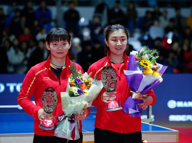 冠军陈梦(右)、亚军何卓佳在颁奖仪式上合影